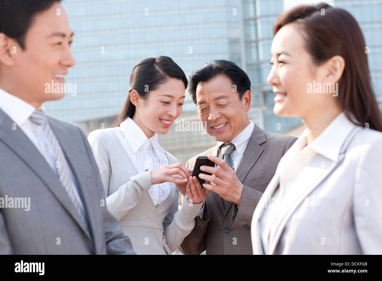 Geschäftsleute mit Handy Stockfoto