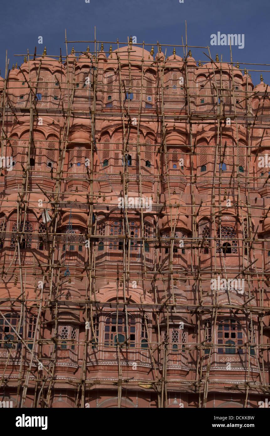 Bambus-Gerüst außen Hawa Mahal (Palast der Winde) - Jaipur, Rajasthan, Indien Stockbild