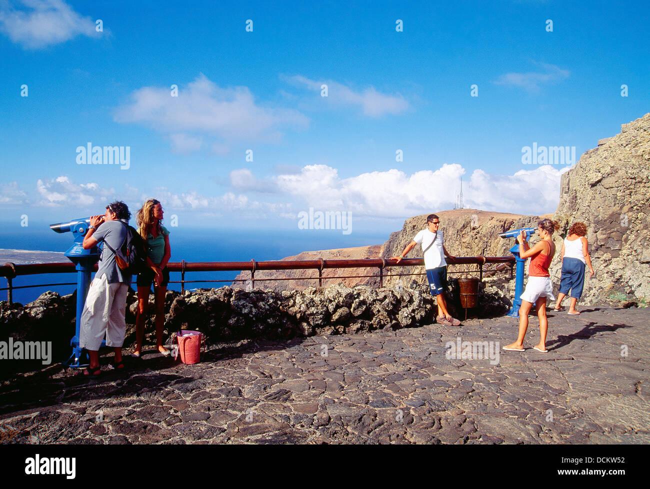Touristen am Aussichtspunkt. El Rio, Lanzarote Insel, Kanarische Inseln, Spanien. Stockbild