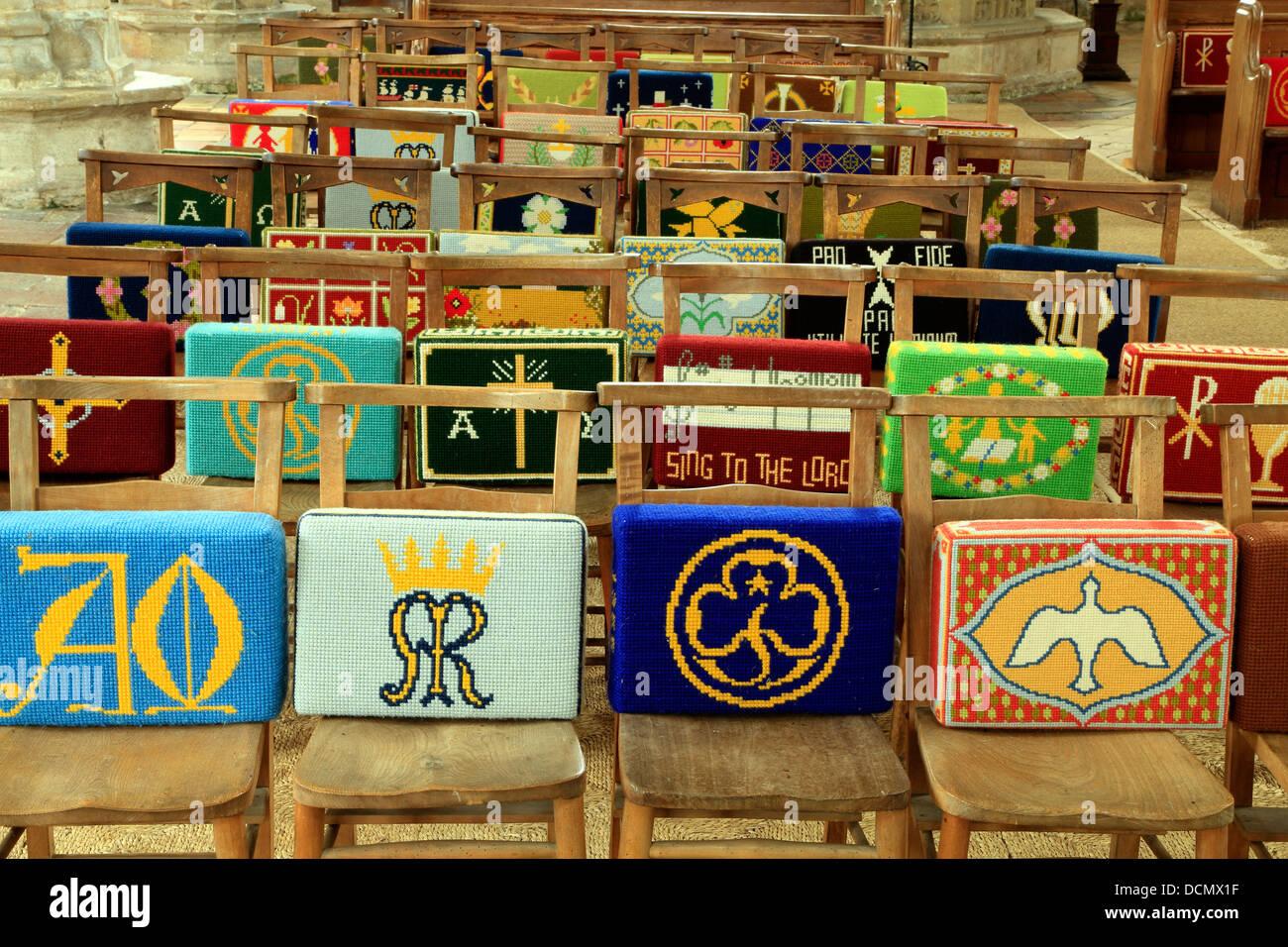 Kirche kniend Kissen Kirchenbank Kirchenbänke Stuhl Stühle bestickt Stickerei Deko Dekoration Kniebank Stockbild