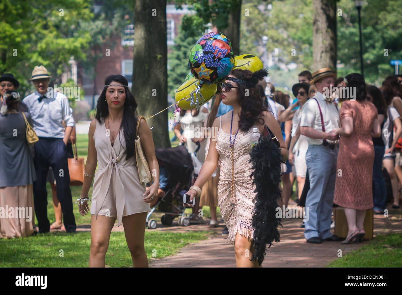 Die Teilnehmer kleiden sich in Kostüm für die 8. zweimal jährlich ...
