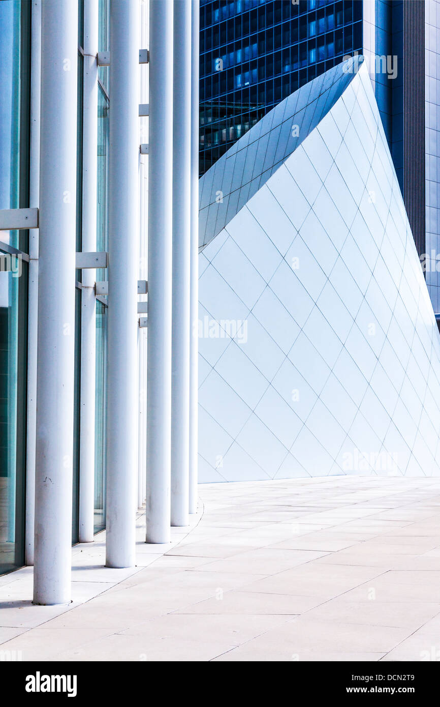 Die moderne Philharmonie in Luxemburg-Stadt mit einem modernen Bürogebäude hinter Teil. Stockbild