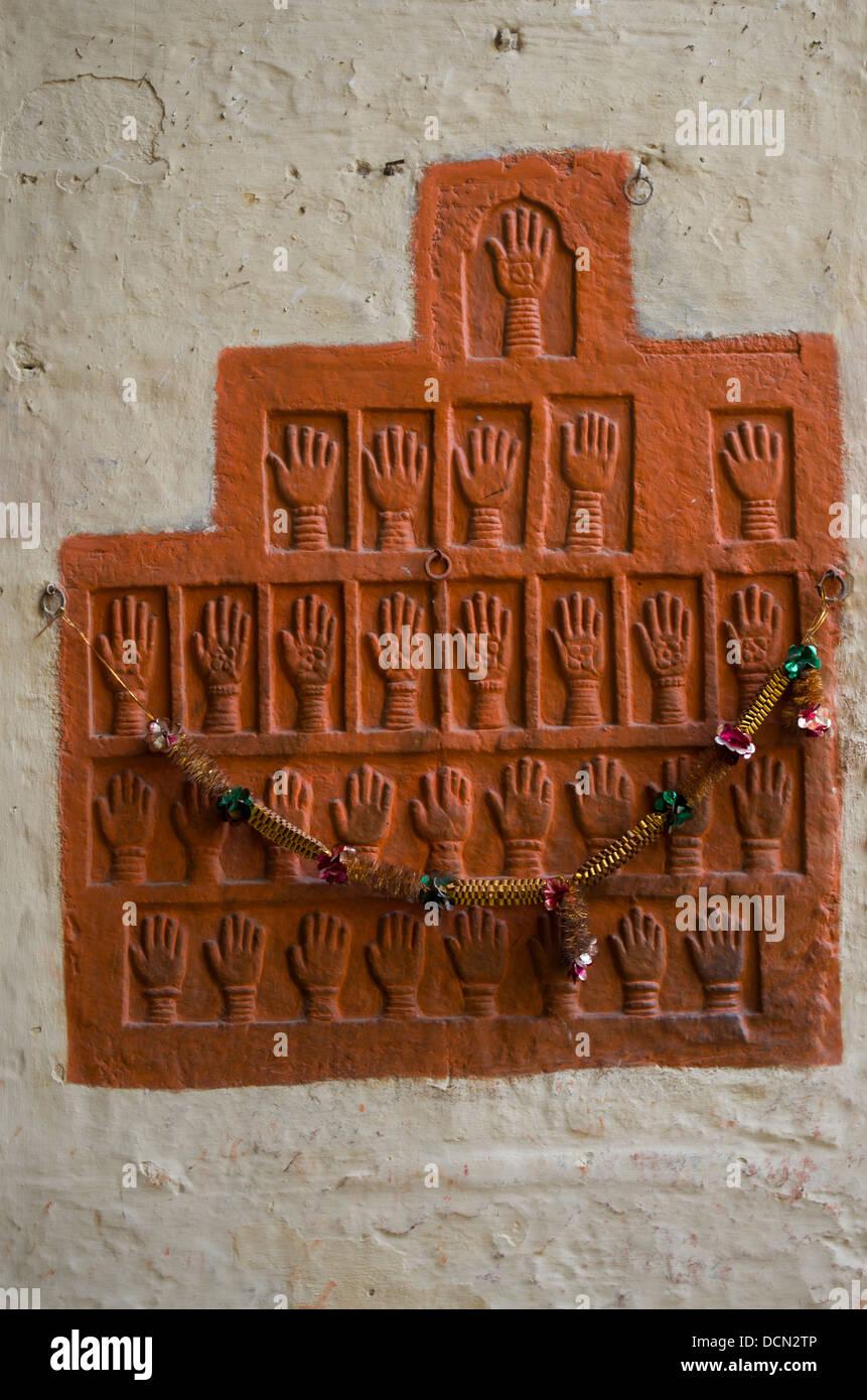 Hand druckt der Frauen begangen Sati / Suttee Selbstverbrennung auf Scheiterhaufen Meherangarh Fort, Jodhpur, Rajashtan, Stockbild