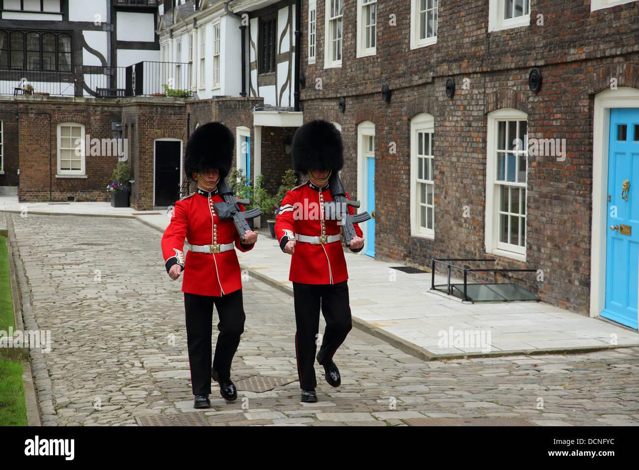 Zwei Wachen am Tower of London, England Stockbild