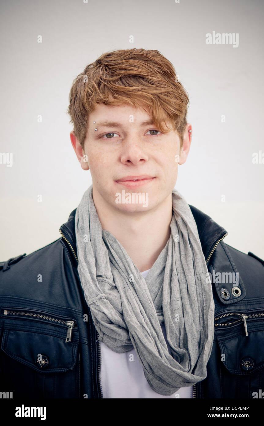 Porträt von echten junger Mann auf einfachen Hintergrund Stockbild