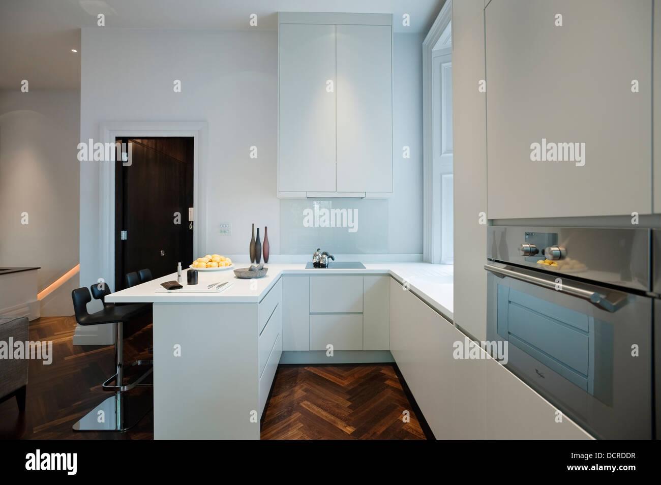 Weiße Küche mit Lagerung und Integral in London Stadtwohnung ...