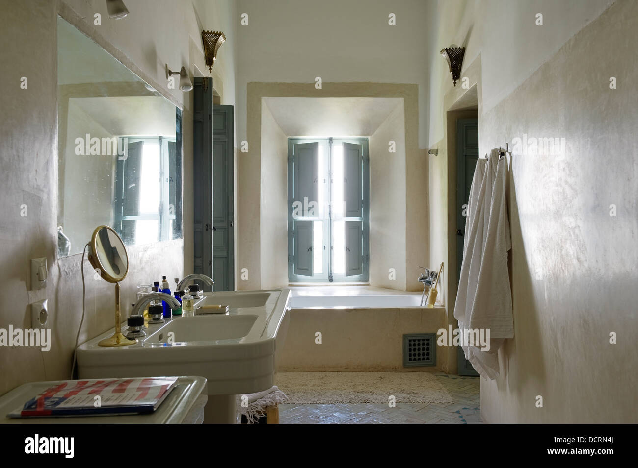 Marokkanischen Stil Badezimmer mit Licht blau Pastell Fensterläden ...