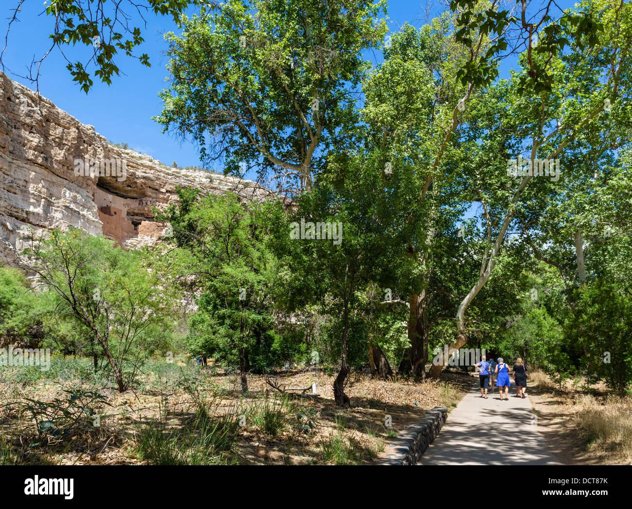 Touristen auf Spuren im Montezuma Castle National Monument, gut erhaltene Klippe Wohnung von den Sinagua Camp Verde, Stockbild