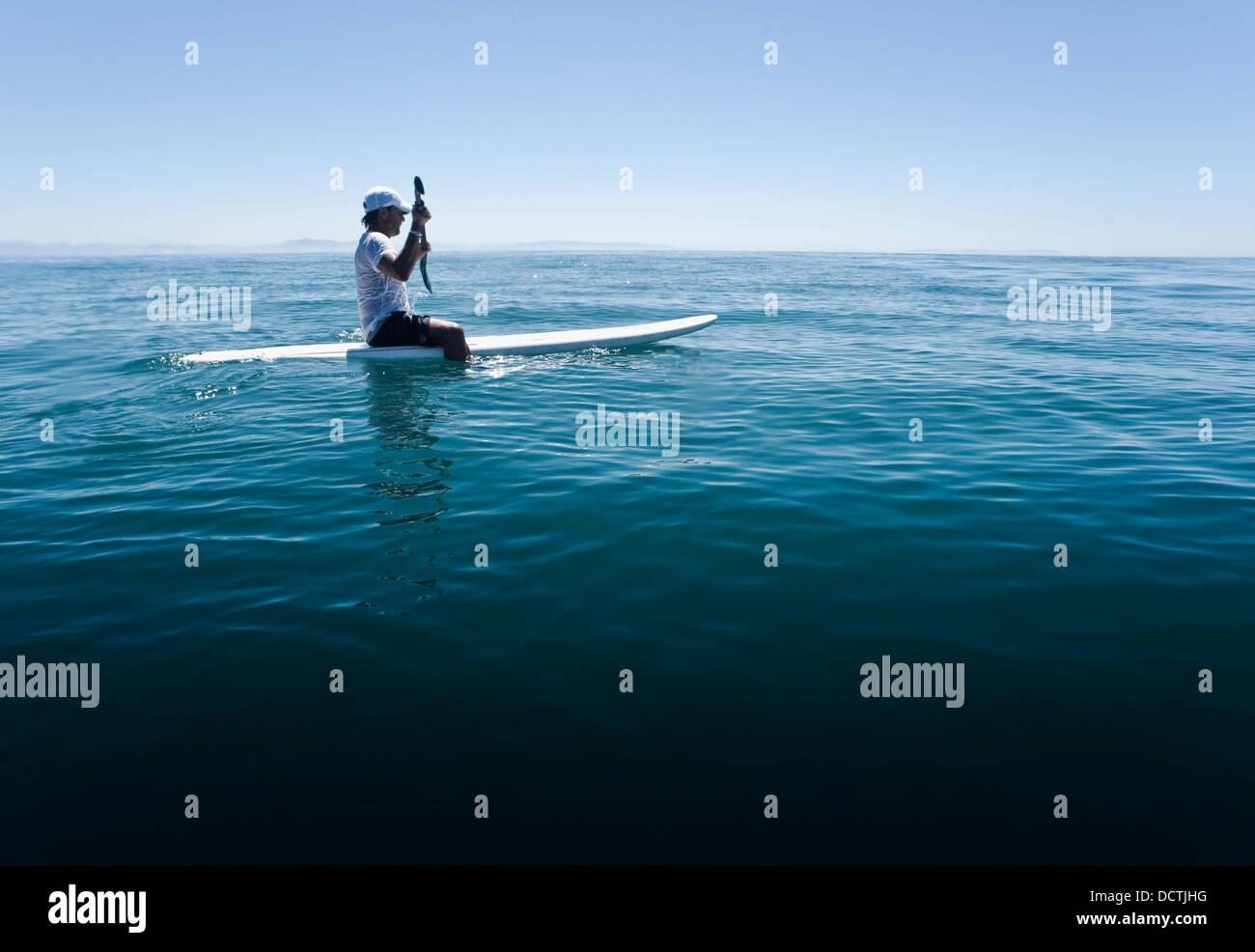 Ein Mann Paddeln auf einem Surfbrett; Tarifa, Cádiz, Andalusien, Spanien Stockfoto