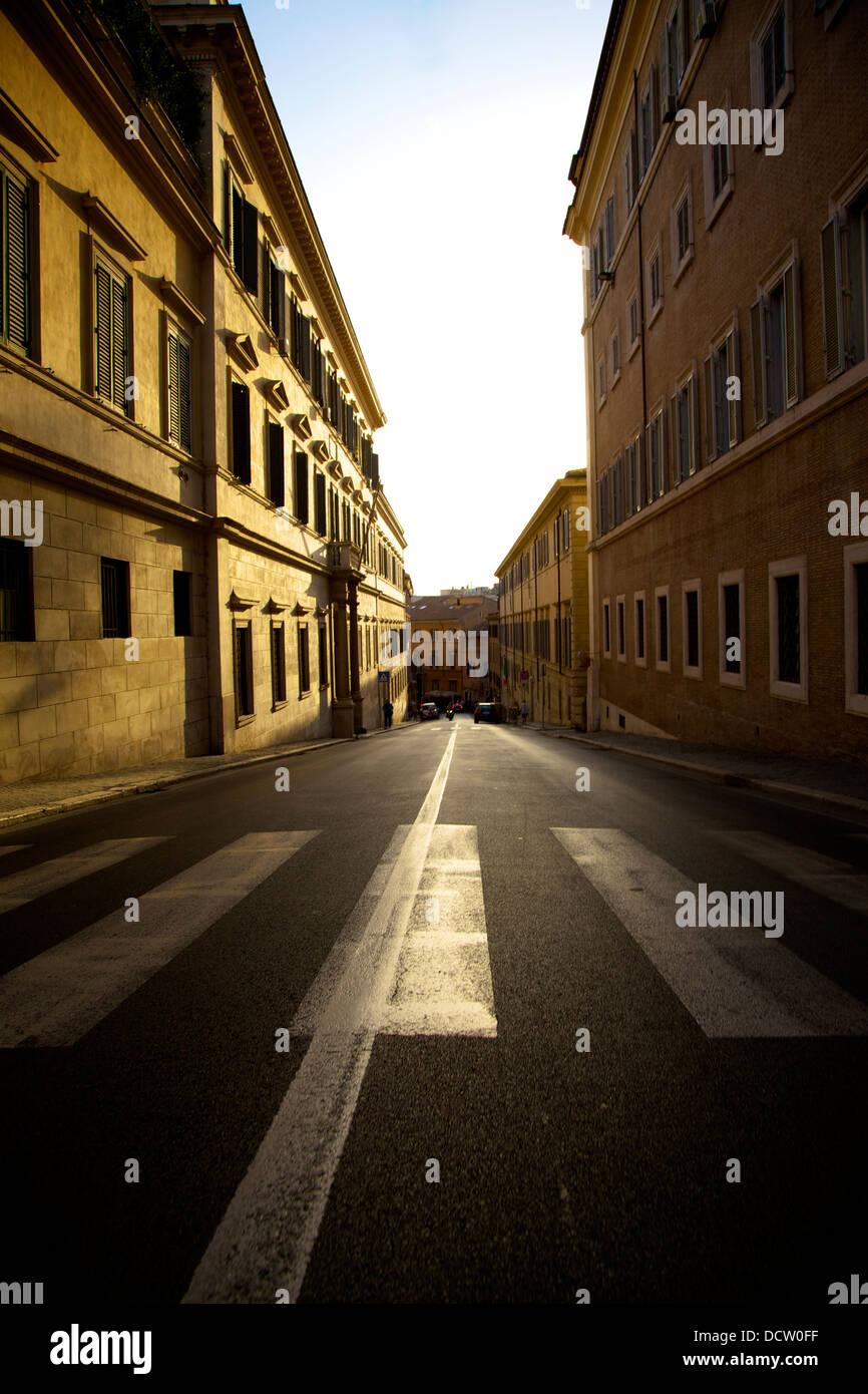 Sonnenaufgang in einer Straße ohne Menschen in der Stadt von Rom, Italien Stockbild