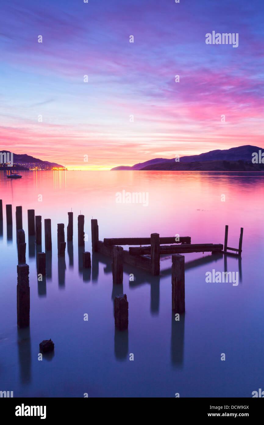 Wunderschönen Sonnenaufgang mit Farben von Rosa, Orange und violett, über Governors Bay, Canterbury New Stockbild
