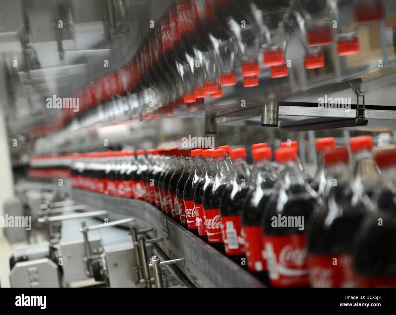 Coca-Cola-Flaschen sind in der Produktion in die Abfüllanlage von ...