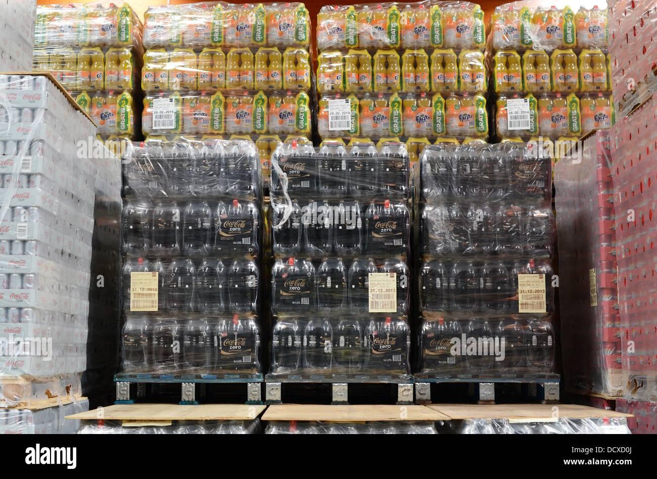 Paletten mit Flaschen sind im Verteilzentrum der Coca-Cola ...