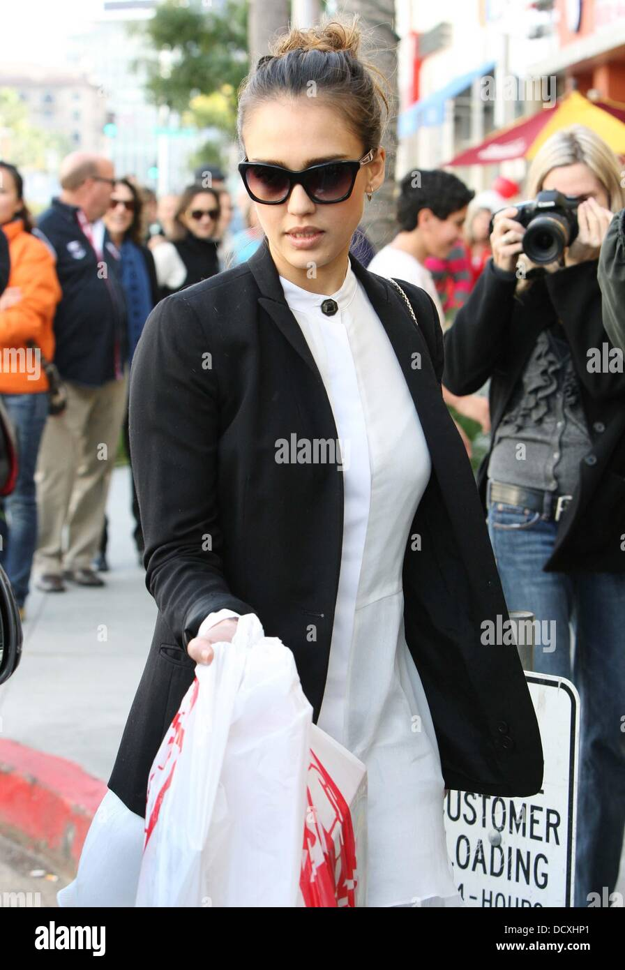 Jessica Alba mit ihrer Familie unterwegs tragen moderne Boho
