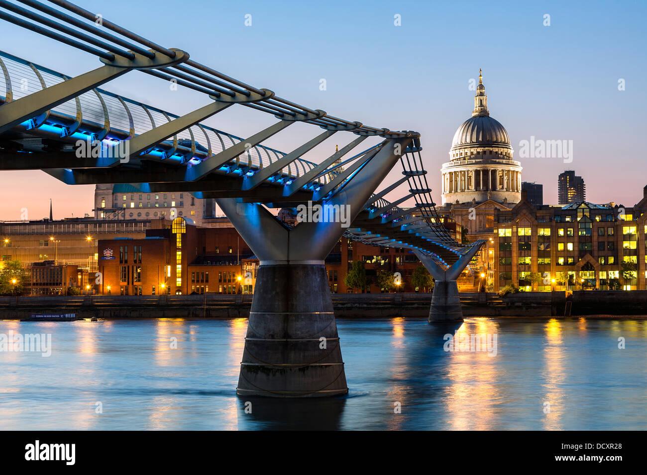 England, London Millennium Fußgängerbrücke und St. Pauls Cathedral Stockbild