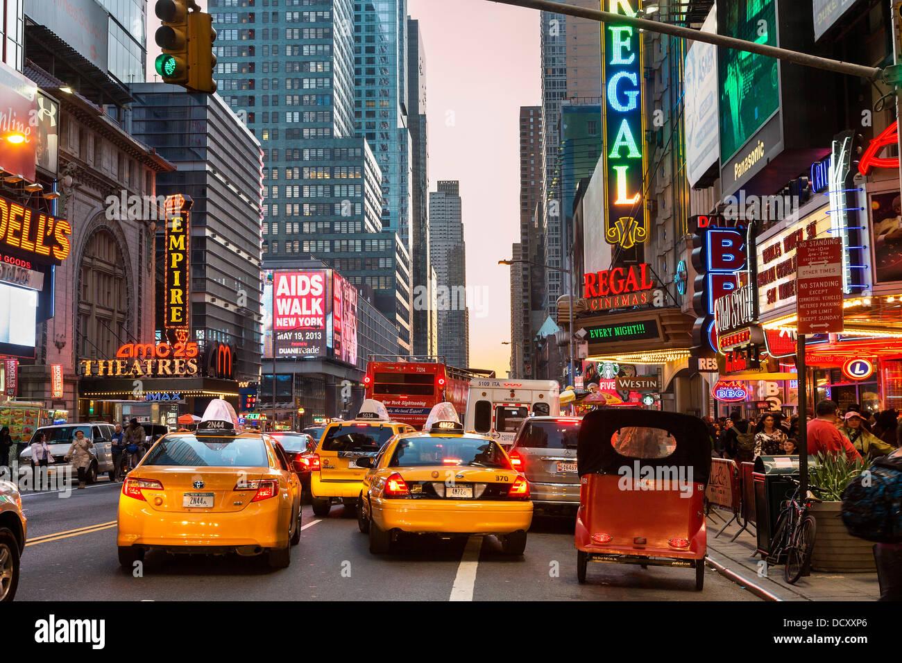 Verkehr auf der 42nd Street, New York City Stockbild