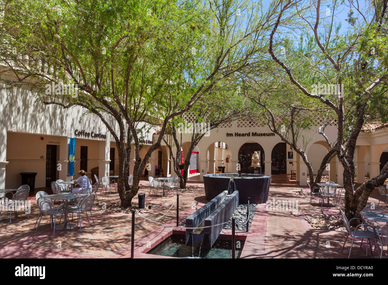 Cafe im Innenhof das gehört Museum der einheimischen Kulturen und Kunst, Phoenix, Arizona, USA Stockbild