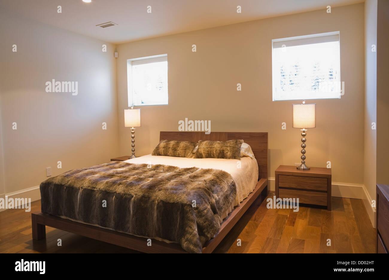 Fußboden Im Keller ~ Keller schlafzimmer mit einem queen size bett und ein hartholz