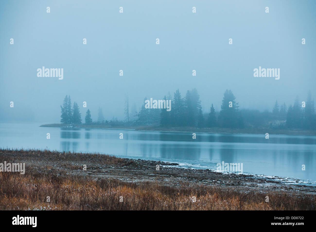 Inseln im Nebel Abend am Astotin Lake; Edmonton, Alberta, Kanada Stockfoto