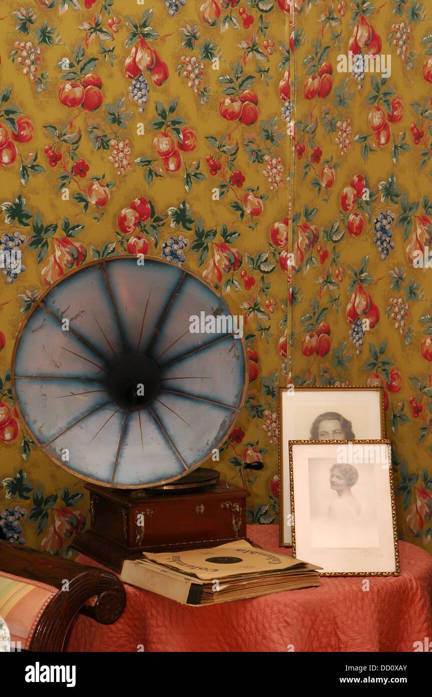 Alten Tragbaren Aufzieh Grammophon Lautsprecher Im Wohnzimmer Mit Floral Tapete  Dekoration