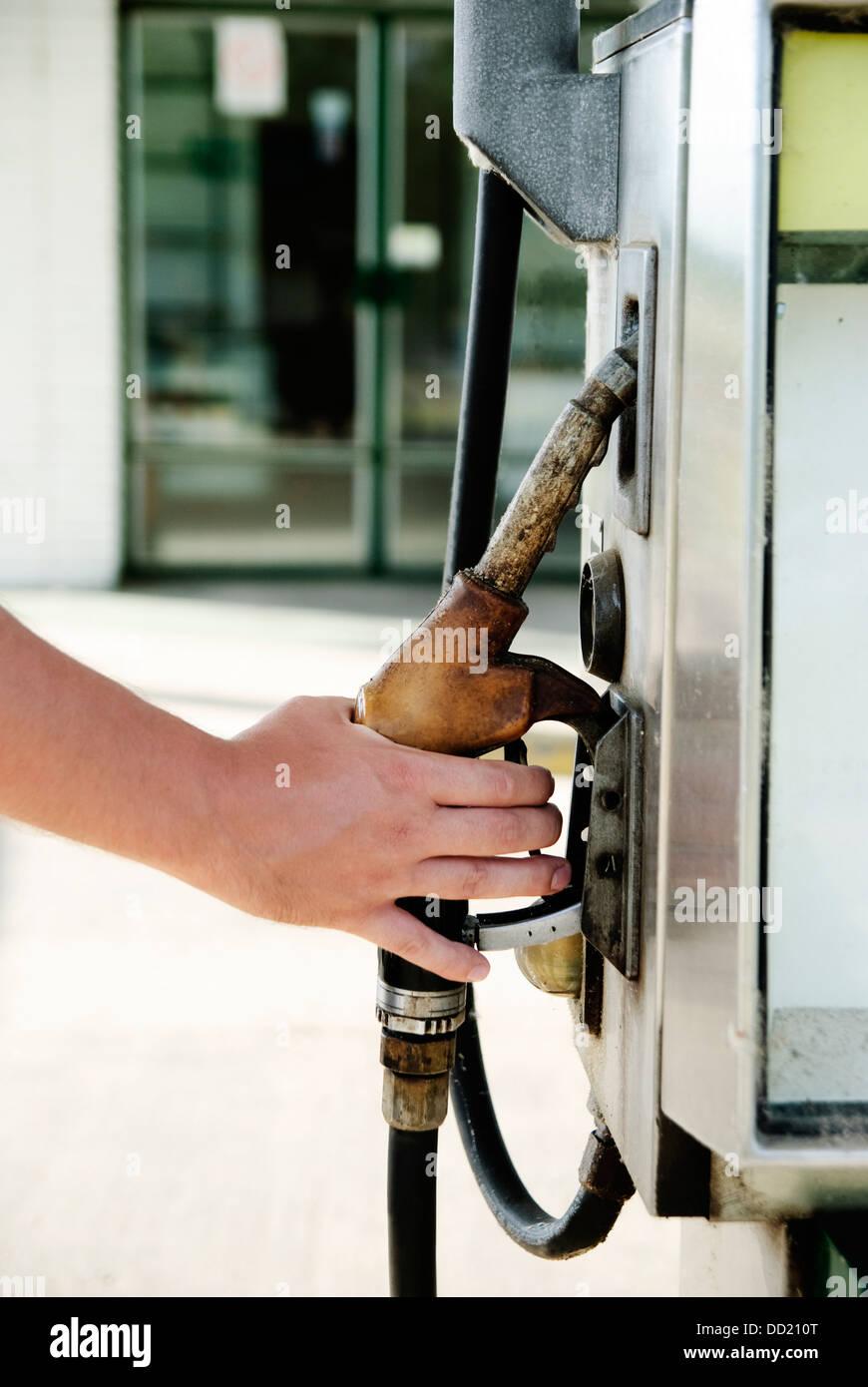 Mann Hand mit Kraftstoffpumpe Stockbild