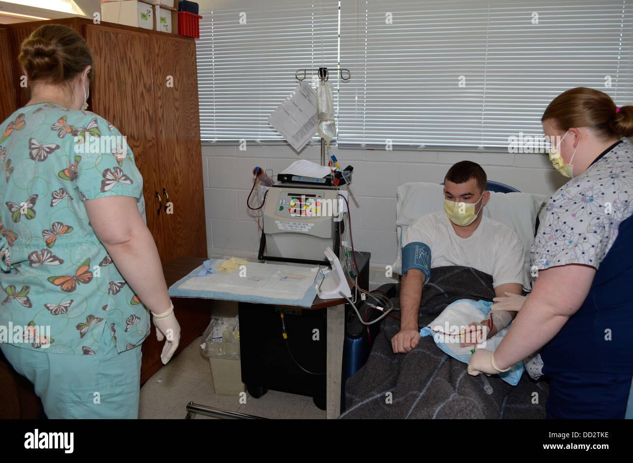 Häftling erhält Dialyse in der medizinischen Abteilung von einem Hochsicherheitsgefängnis, Nebraska Stockbild