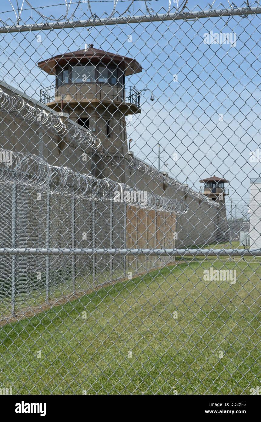Amerikanische maximale Sicherheit Gefängnis Wache Turm und Perimeter Wand. Turm-Offiziere sind bewaffnet mit Stockbild