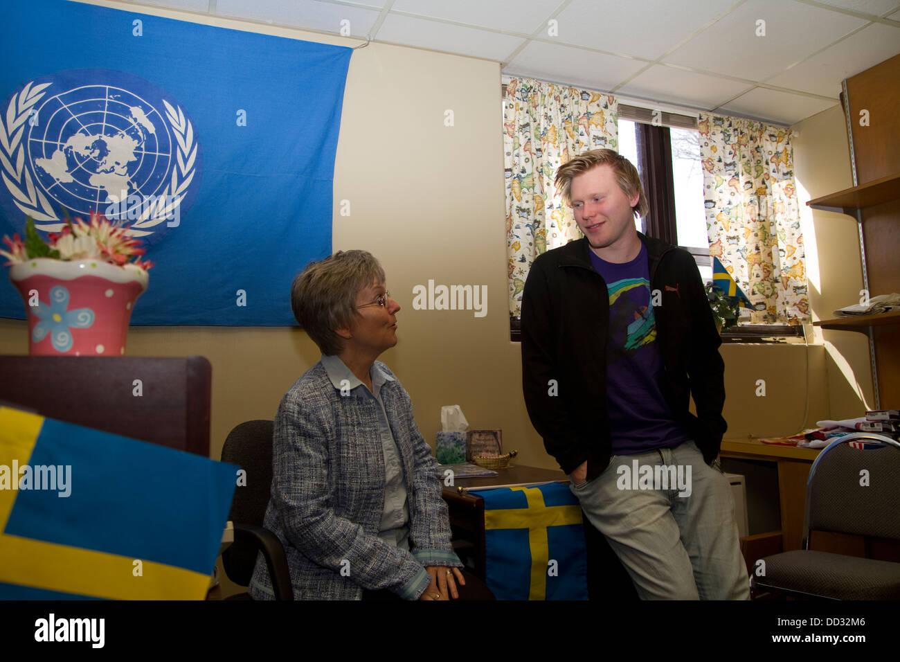 Internationalen Leitlinien Direktor im Gespräch mit ausländischen Studenten am Bethany College in Lindsborg, Stockbild