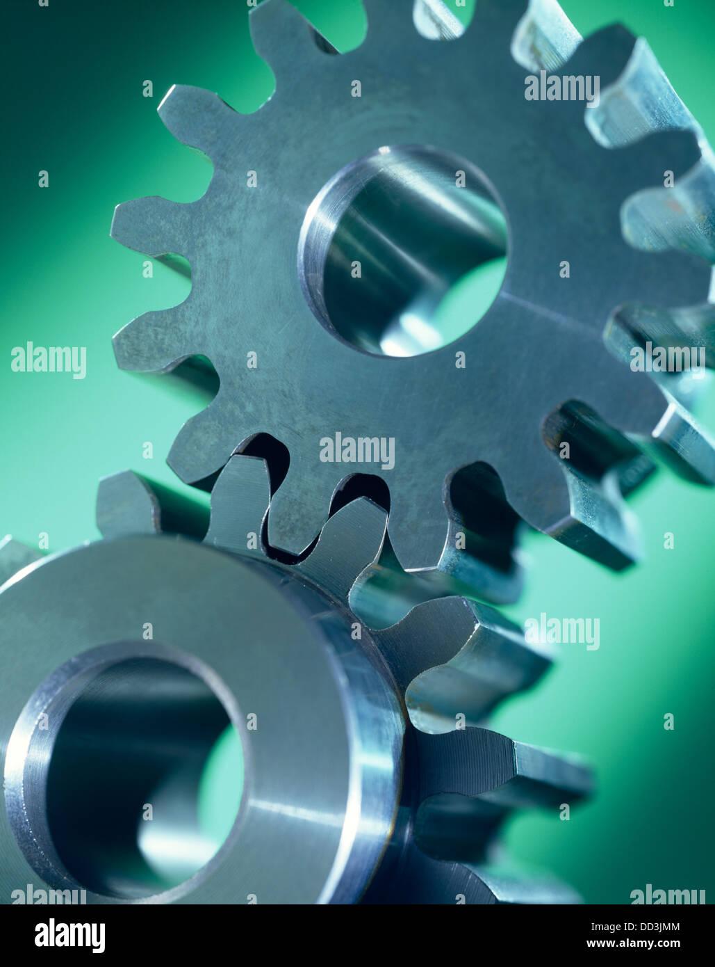 Zwei große Metall-Zahnräder miteinander verbunden. Stockbild