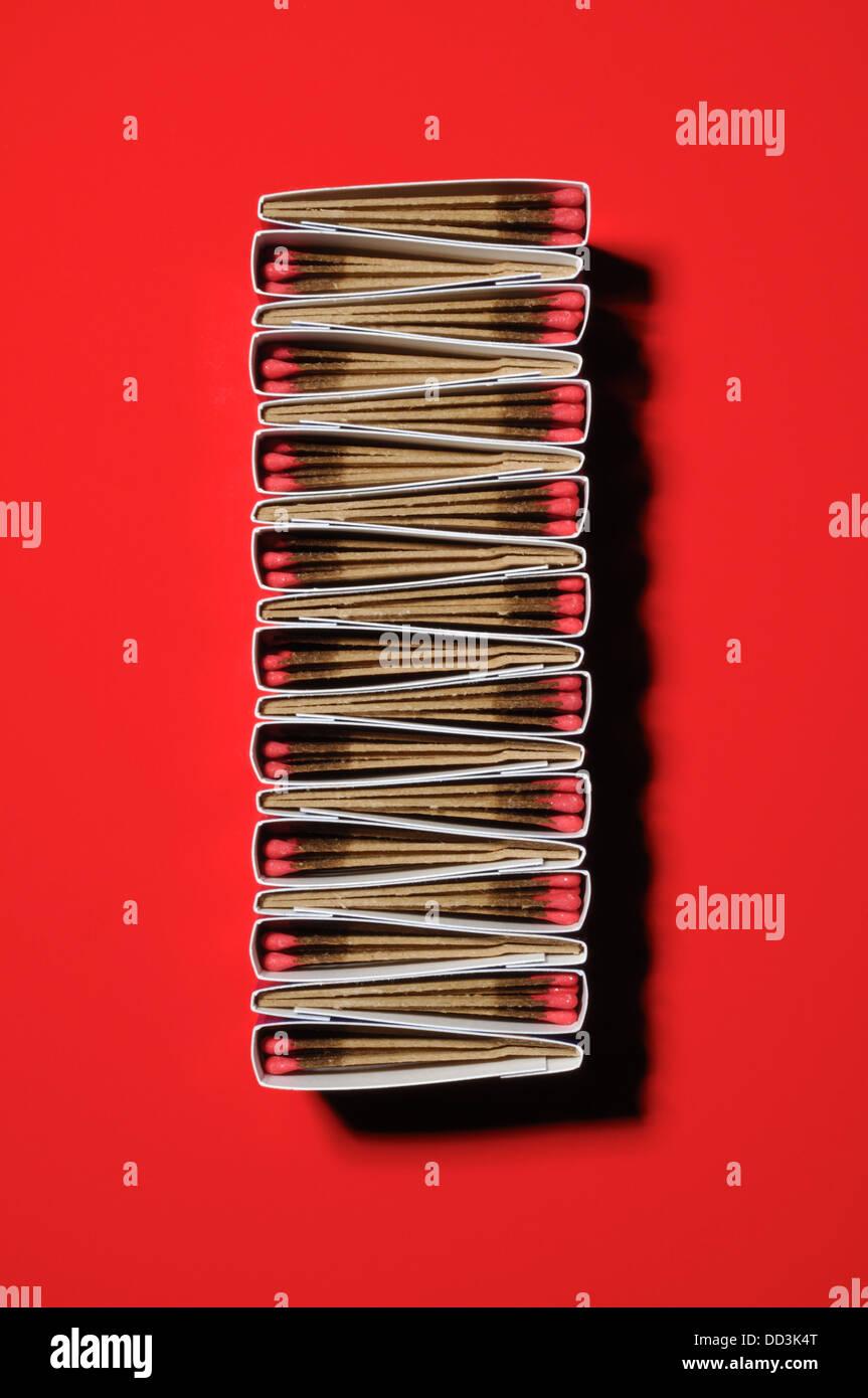 Packungen mit Spiele zusammen bilden ein einzigartiges Muster. Lange rechteckige Form, roten Hintergrund Stockbild