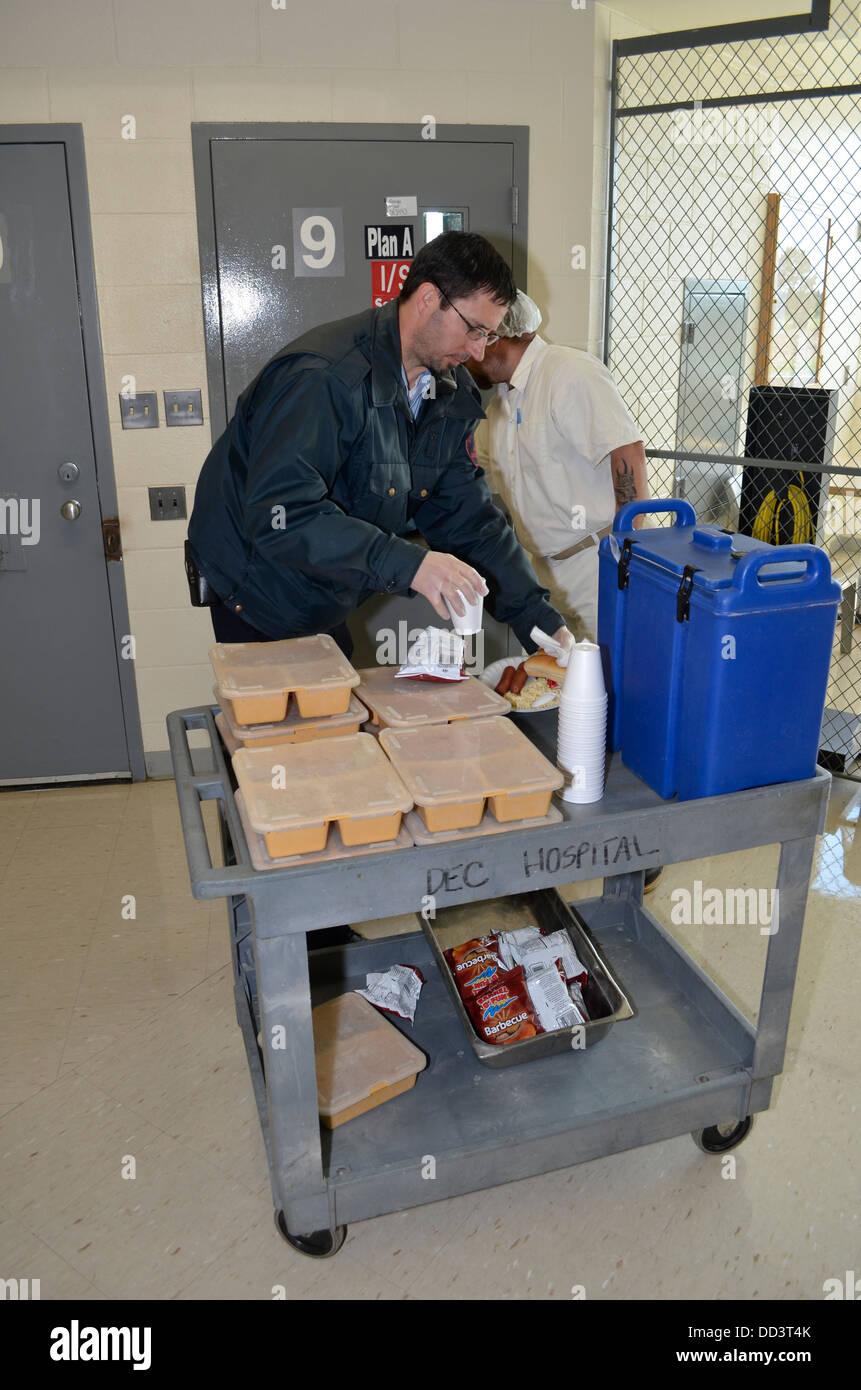Häftling Porter ernähren die Insassen in der medizinischen Abteilung an der Diagnostik und Evaluation Stockbild