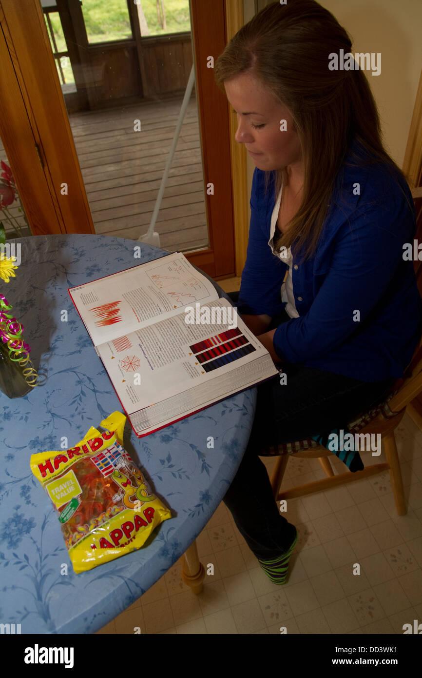 Amerikanische weibliche Teenager für High-School-Test in der Chemie zu studieren. Stockbild