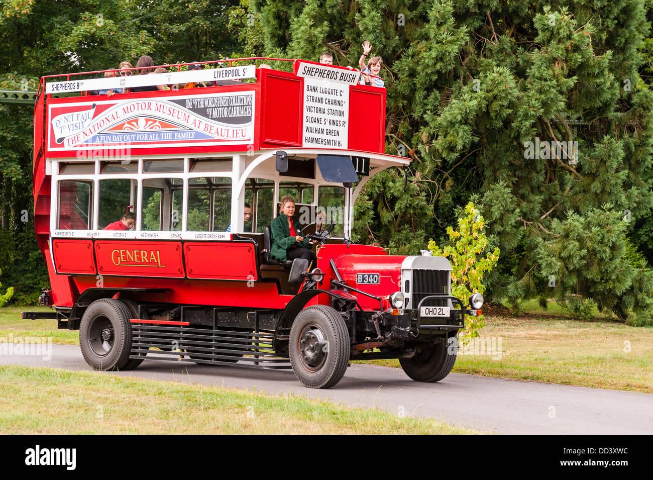 Ein Tour-Bus an das National Motor Museum in Beaulieu in Beaulieu, Hampshire, England, Großbritannien, Uk Stockbild