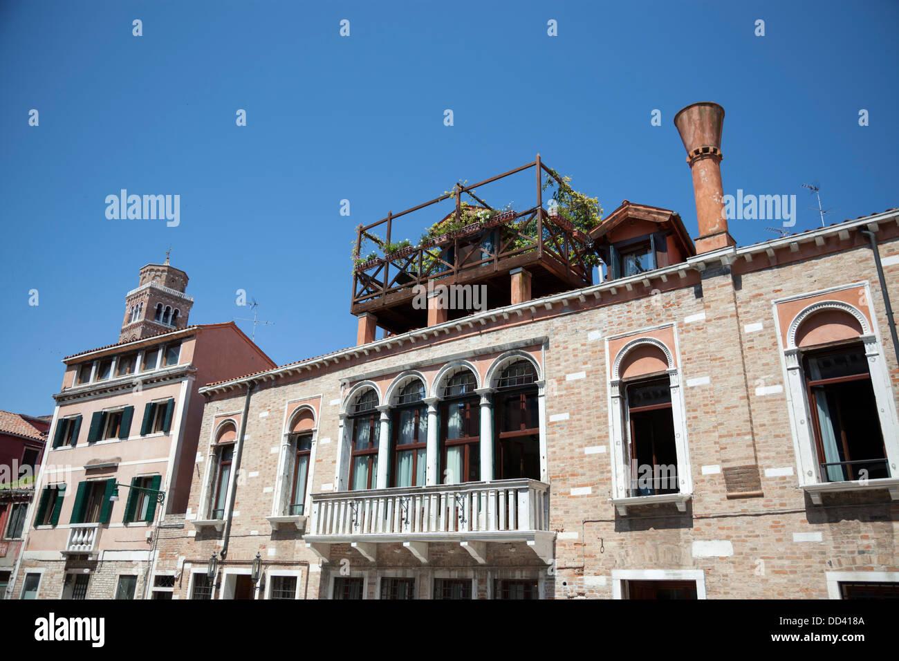 In Venedig, Ein Schönes Beispiel Für Eine Altana Oder Eine Holzterrasse Auf  Dach Gebaut. Ein Venise, Un Bel Exemple Du0027altana Ou Terrasse De Bois.