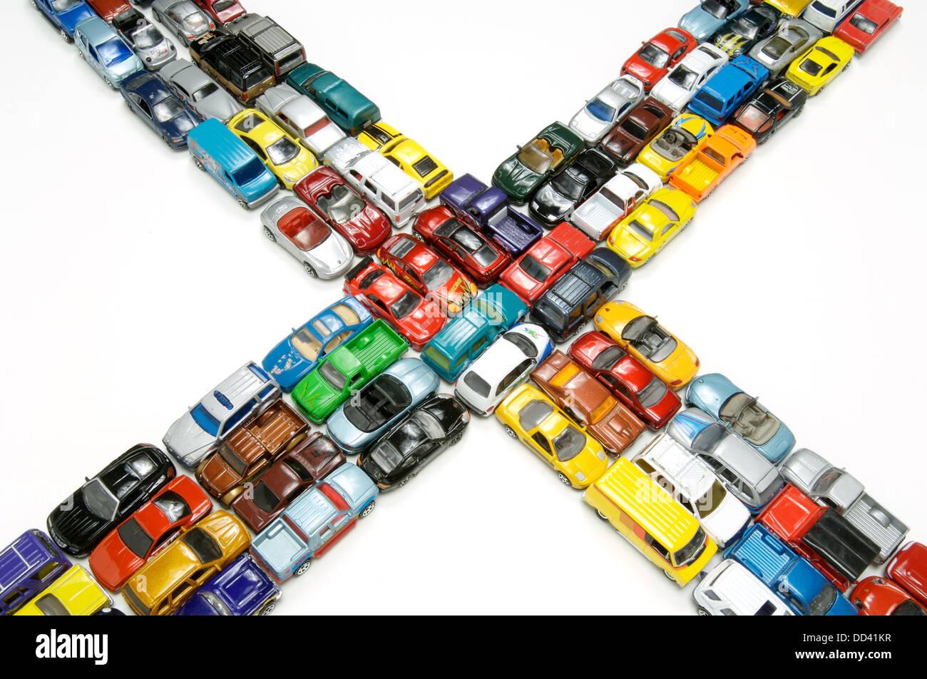 Ein Stau von Miniatur-Spielzeug-Autos an einer Kreuzung. Stockbild