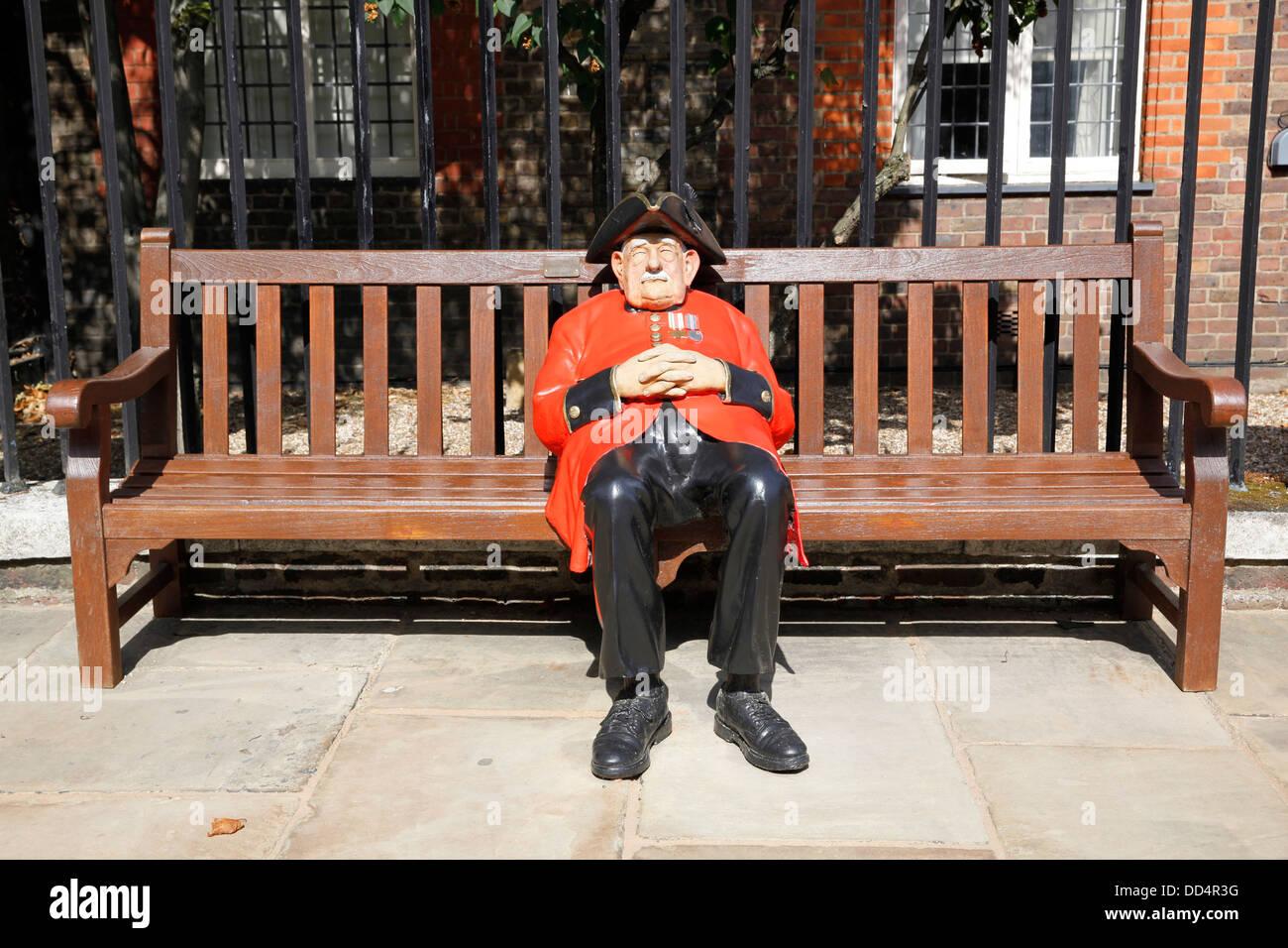 Statue von Chelsea Rentner sitzt außerhalb des Royal Hospital in Chelsea, London Stockbild