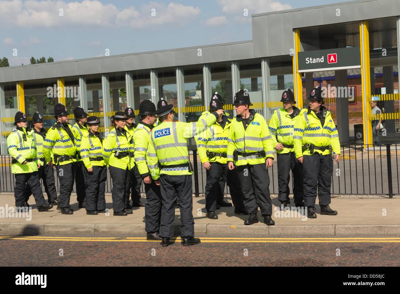 Bolton, Lancashire, UK. 26. August 2013. Eine starker Polizeipräsenz wird bereitgestellt, um Trinity Street, Stockbild