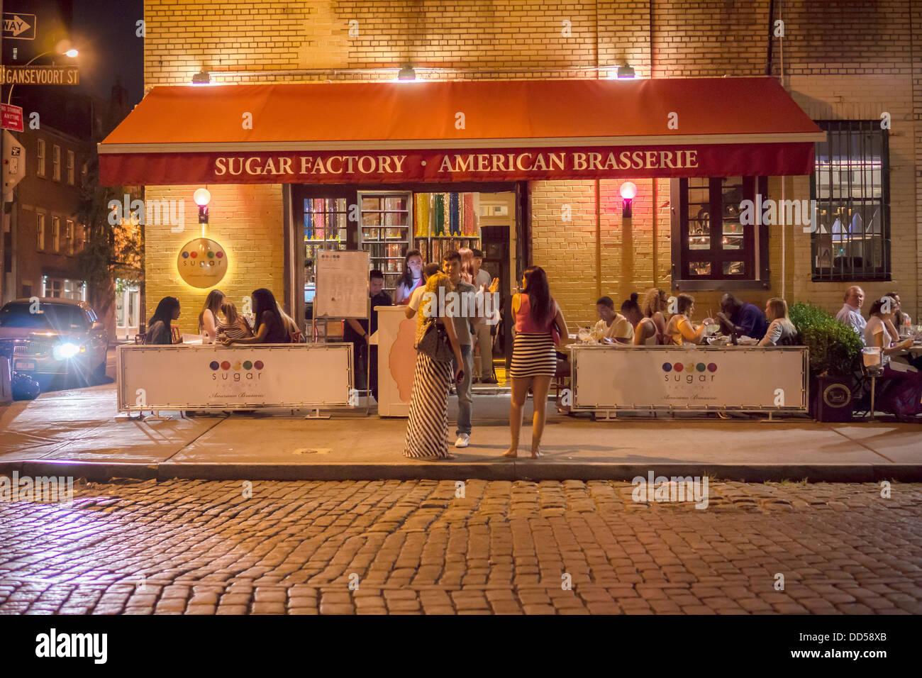 Beschäftigt Im Freien Im Straßencafé Der Zuckerfabrik Restaurant In