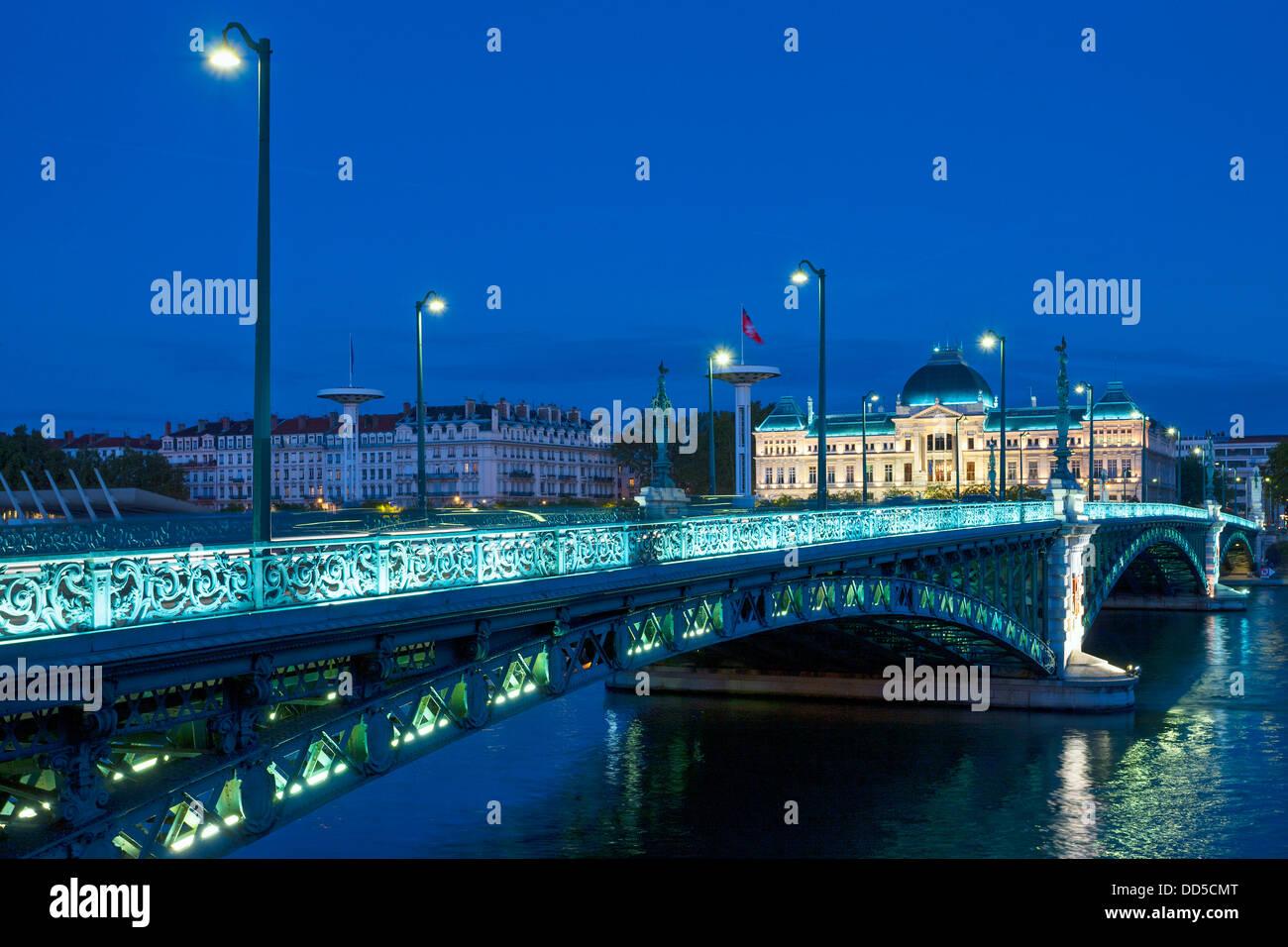 Blick auf die berühmte Brücke und der Universität in Lyon bei Nacht Stockbild