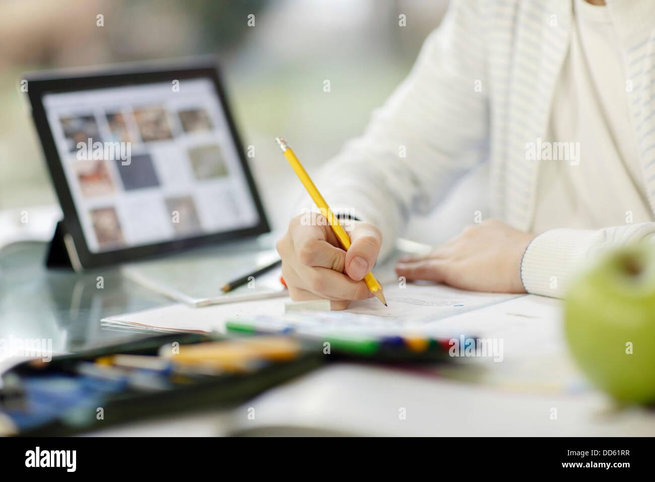 Junge mit digital-Tablette und Hausaufgaben, Osijek, Kroatien, Europa Stockbild