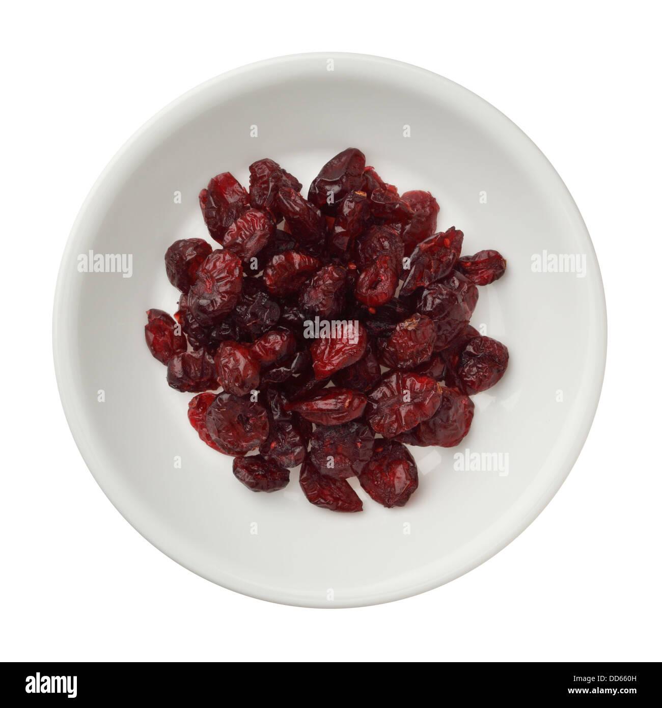 Getrocknete Cranberries in einer Schüssel isoliert auf weißem Hintergrund Stockbild