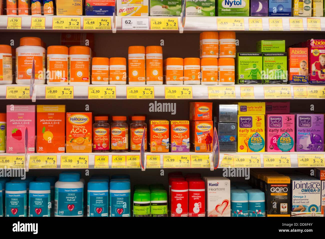 Vitamine anzeigen in Tesco Supermarkt Stockbild