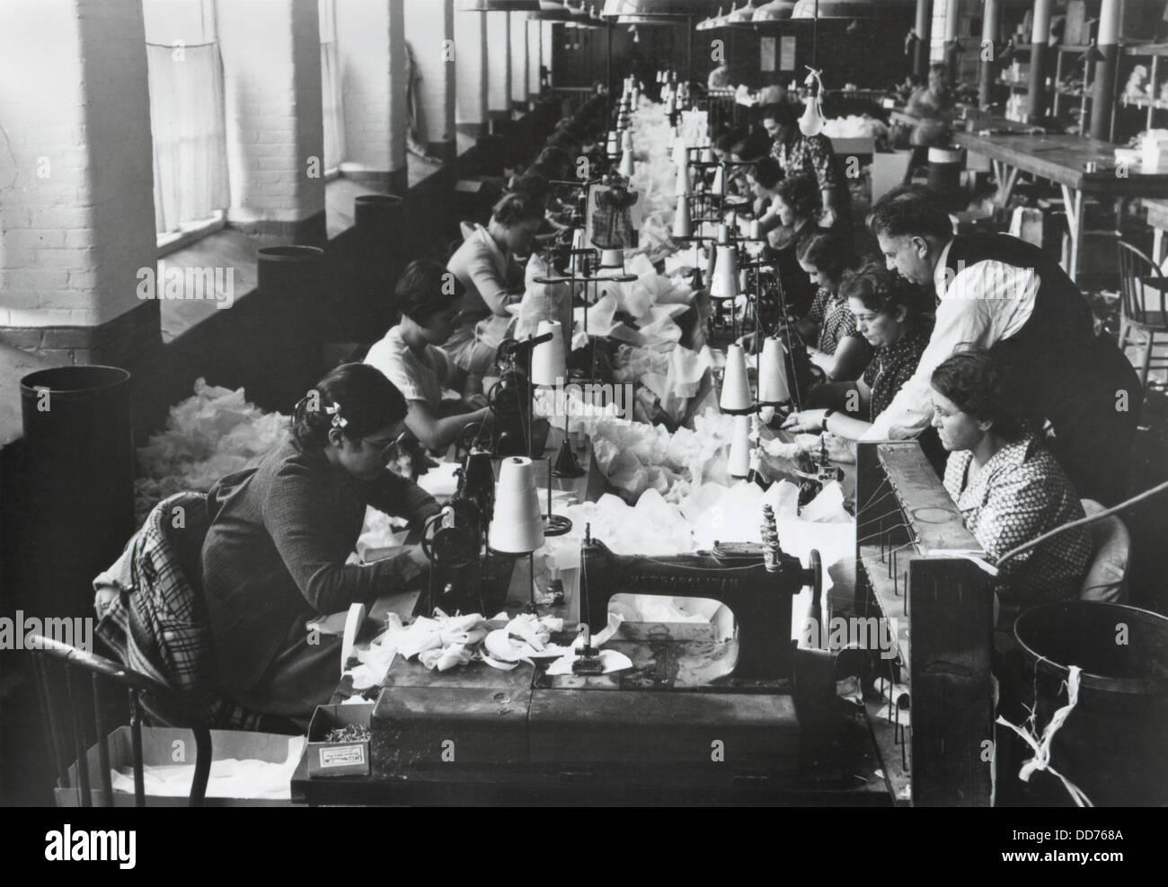 Women Sewing History Stockfotos & Women Sewing History Bilder - Alamy