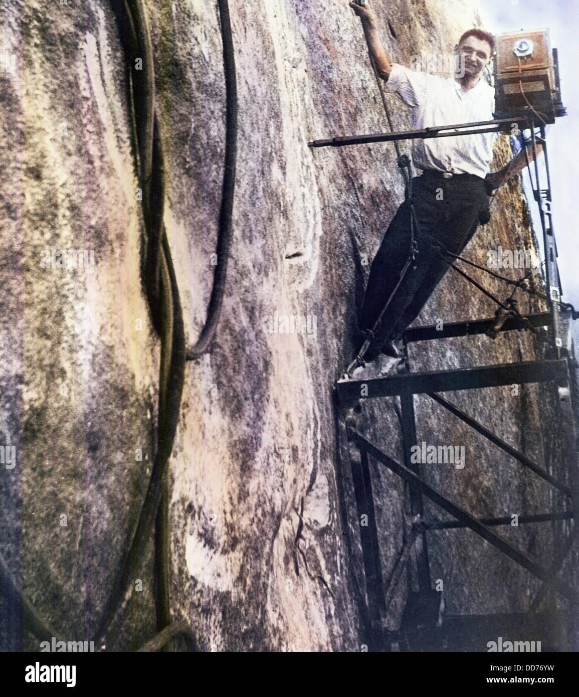 Fotograf Charles d'Emery am Mt. Rushmore. Er dokumentiert den Fortschritt des Schnitzens für über Stockbild