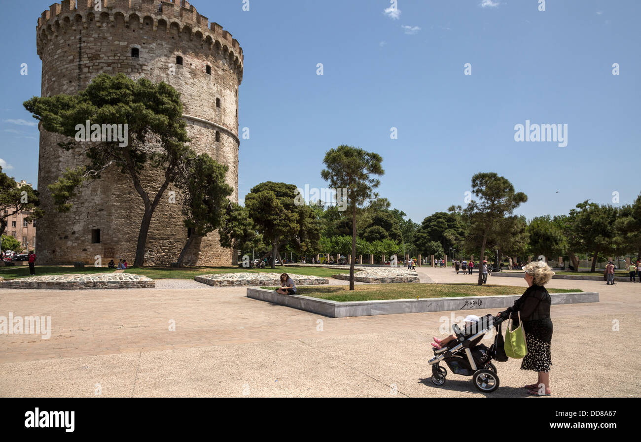 Großmutter mit ihrem Enkelkind befasst sich mit dem weißen Turm, Thessaloniki, Griechenland. Stockbild