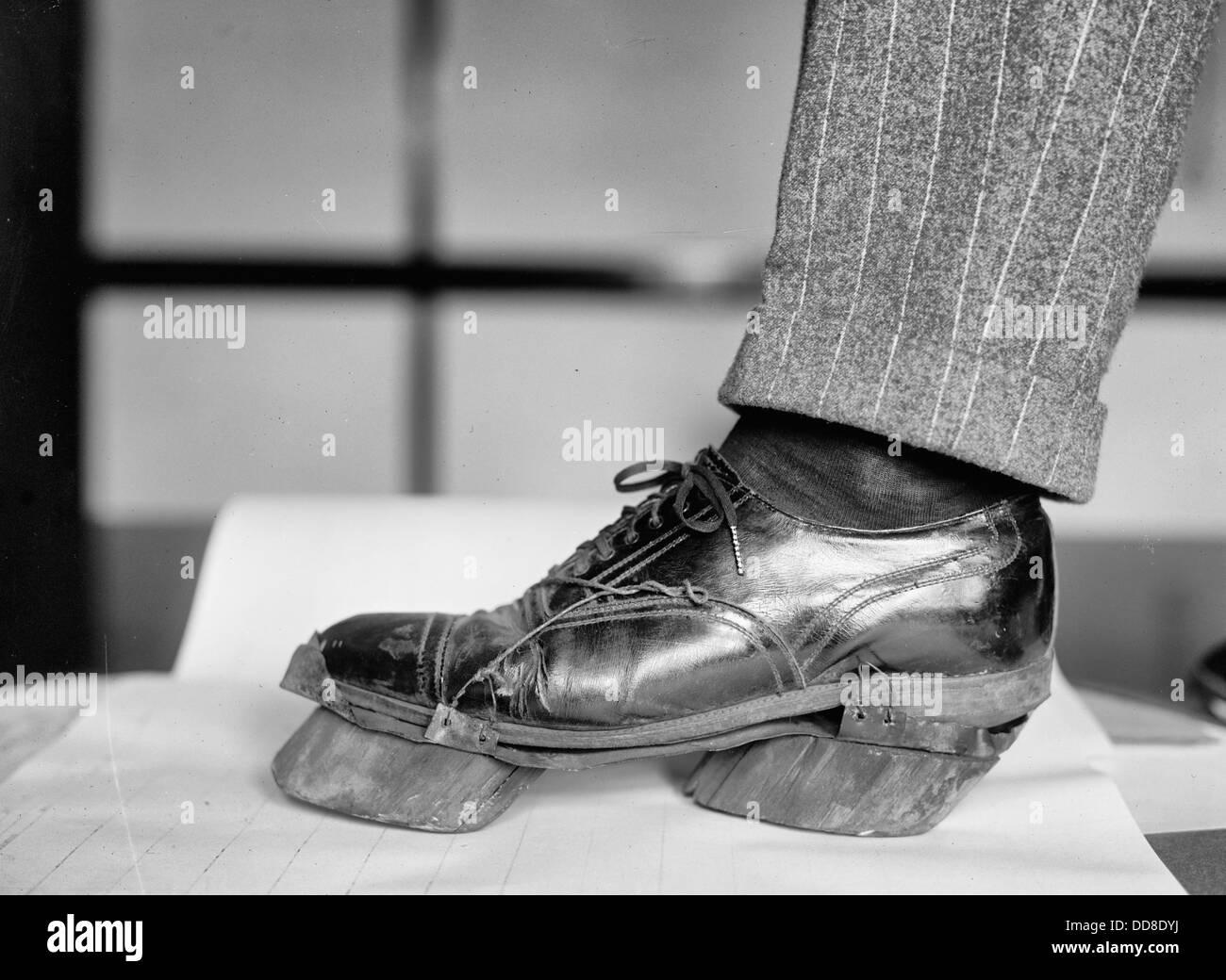 Kuh-Schuhe - Schuhe machte Kuh Drucke anstelle von den Fussspuren während der Prohibition Amerika, 1920er Jahre Stockbild