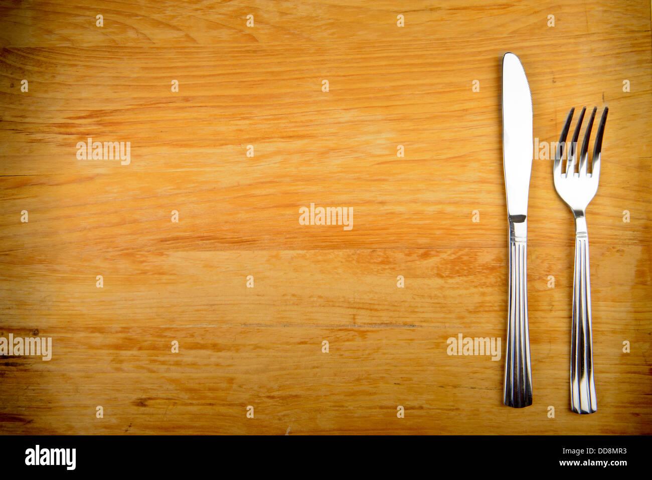 Messer und Gabel auf Holztisch Stockbild