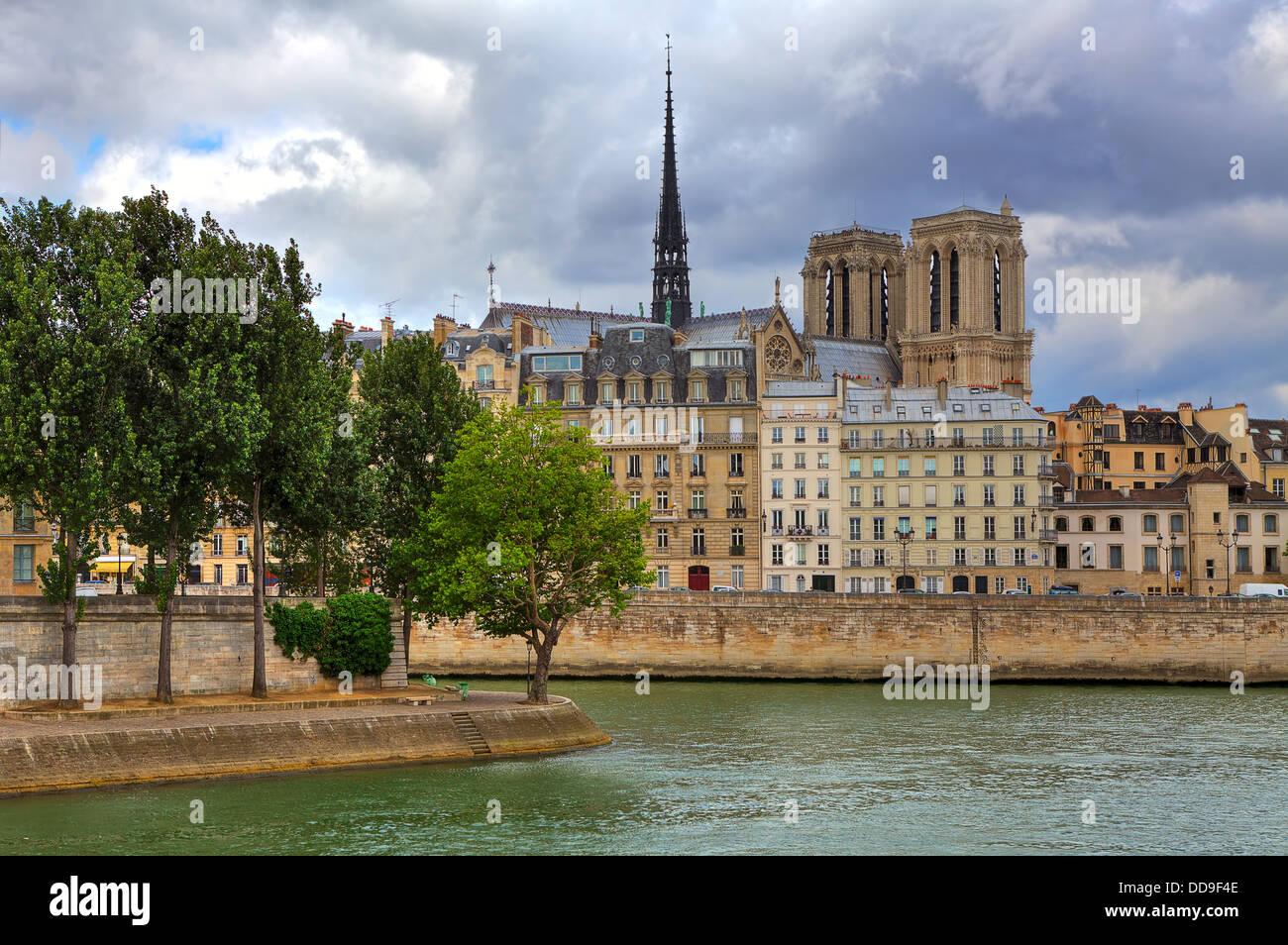 Kathedrale Notre Dame de Paris unter typischen Paris Gebäuden entlang Seineufer in Paris, Frankreich. Stockfoto