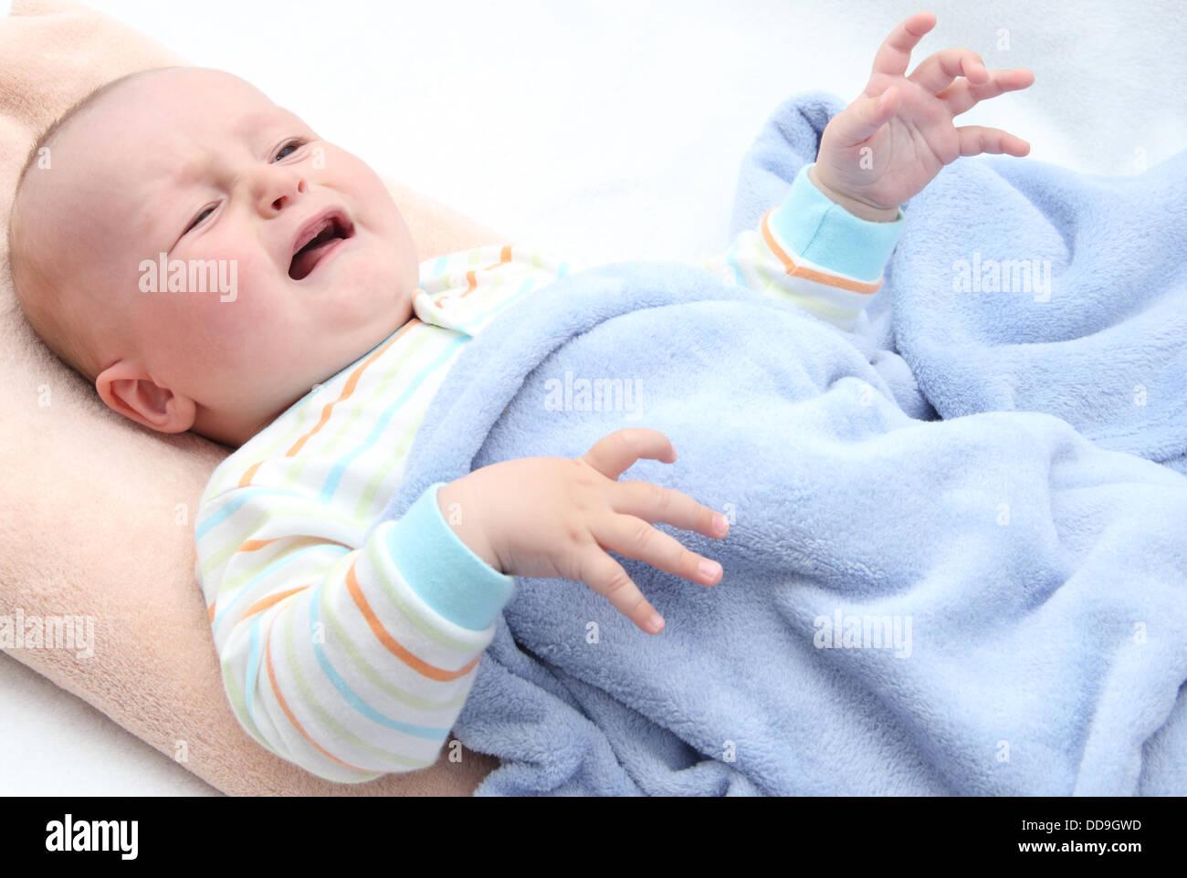 kleines baby im bett weinen stockfoto bild 59832457 alamy. Black Bedroom Furniture Sets. Home Design Ideas