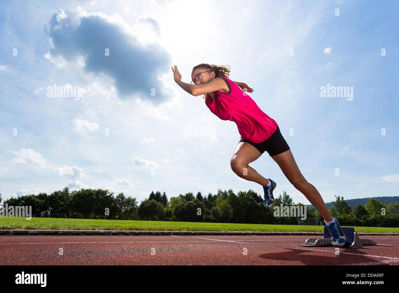 Deutschland, junge Frau von Sprint-start Stockfoto